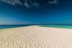 Μαλδίβες, εξωτικός προορισμός για τις διακοπές ή μήνας του μέλιτος, άσπρη παραλία κοραλλιών με τους φοίνικες στον παράδεισο στοκ φωτογραφίες με δικαίωμα ελεύθερης χρήσης