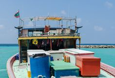 ΜΑΛΔΊΒΕΣ â€ «στις 17 Νοεμβρίου 2017: Φωτεινό αλιευτικό σκάφος στην αποβάθρα, τροπικό νησί Gulhi, Ινδικός Ωκεανός, Μαλδίβες Στοκ Εικόνα
