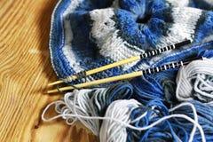 Μαλλί και πλέκοντας καλάθι βελόνων Στοκ φωτογραφίες με δικαίωμα ελεύθερης χρήσης