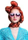 μαλλιαρή κόκκινη μοντέρνη γυναίκα γυαλιών μόδας στοκ εικόνα