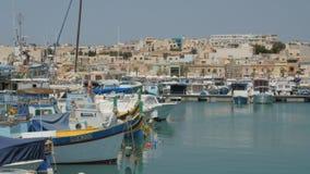 ΜΑΛΤΑ - 1 Ιουλίου 2016: Της Μάλτα αλιευτικά σκάφη που δένονται στη μαρίνα φιλμ μικρού μήκους