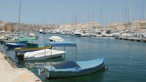 ΜΑΛΤΑ - 1 Ιουλίου 2016: Της Μάλτα αλιευτικά σκάφη που δένονται στη μαρίνα απόθεμα βίντεο