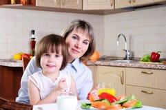Μαμά και αυτή λίγη κόρη στοκ εικόνα με δικαίωμα ελεύθερης χρήσης