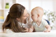Μαμά που αγαπά το νεογέννητο παιδί Η μητέρα επικοινωνεί με το μωρό της Στοκ Εικόνες