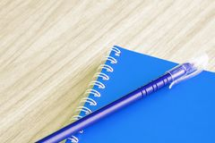Μανδρών οι μπλε και κενές μπλε βιβλίων κενές κάλυψης σχολικές προμήθειες χαρτικών βιβλίων σπειροειδείς για την κάλυψη βιβλίων επι Στοκ Εικόνες
