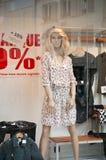 Μανεκέν με τη μόδα θερινών φορεμάτων στην αίθουσα εκθέσεως Στοκ Εικόνες