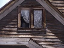 Μανεκέν στο παλαιό παράθυρο σπιτιών στοκ εικόνες