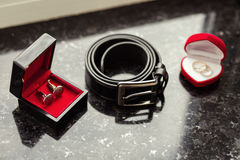 Μανικετόκουμπα, ζώνη ατόμων ` s, γαμήλια δαχτυλίδια, το πρωί νεόνυμφων, επιχείρηση Στοκ φωτογραφία με δικαίωμα ελεύθερης χρήσης