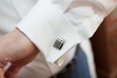 Μανικετόκουμπα πουκάμισων φορεμάτων σε ένα κοστούμι Στοκ εικόνες με δικαίωμα ελεύθερης χρήσης