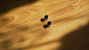 Μανικετόκουμπα στο ξύλινο υπόβαθρο φιλμ μικρού μήκους