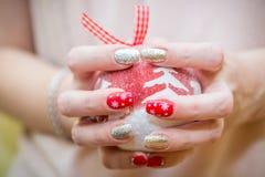 Μανικιούρ τέχνης καρφιών Χριστουγέννων στοκ εικόνες