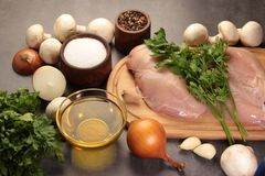 Μανιτάρια και αυγά κοτόπουλου με τα κρεμμύδια πιπεριών και garlick Στοκ φωτογραφίες με δικαίωμα ελεύθερης χρήσης