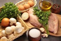Μανιτάρια και αυγά κοτόπουλου με τα κρεμμύδια πιπεριών και garlick Στοκ Φωτογραφία