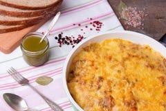 Μανιτάρια και casserole λάχανων στο τηγάνισμα του τηγανιού με το ψωμί, pesto, πιπέρι Στοκ Εικόνες