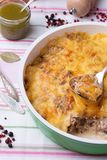 Μανιτάρια και casserole λάχανων στο τηγάνισμα του τηγανιού με το pesto, πιπέρι Στοκ Φωτογραφίες