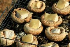 Μανιτάρια με το τυρί στη σχάρα σχαρών Στοκ Φωτογραφία