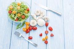μανιτάρια οργανικά μακρο λευκό στούντιο υγείας τροφίμων νιφάδων καλαμποκιού ανασκόπησης Φρέσκες μανιτάρια και σαλάτα arugula, ντο Στοκ Φωτογραφία