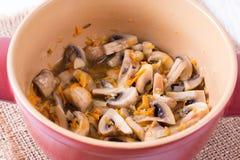 Μανιτάρια που μαγειρεύονται με τα λαχανικά σε μια κατσαρόλλα Στοκ φωτογραφία με δικαίωμα ελεύθερης χρήσης