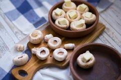 Μανιτάρια που ψήνονται στο της Γεωργίας παραδοσιακό ketsi πιάτων αργίλου με το τυρί suluguni Της Γεωργίας παραδοσιακά τρόφιμα στοκ εικόνες