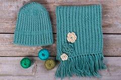 Μαντίλι και καπέλο μαλλιού με το νήμα στο αναδρομικό υπόβαθρο Στοκ φωτογραφία με δικαίωμα ελεύθερης χρήσης