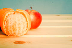 Μανταρίνια και Apple στον ξύλινο πίνακα Στοκ Φωτογραφίες