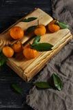 Μανταρίνια με τα φύλλα σε ένα ξύλινο κιβώτιο στοκ εικόνα με δικαίωμα ελεύθερης χρήσης