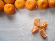 Μανταρίνια σε ένα άσπρο υπόβαθρο Καθαρισμένο μανταρίνι Φέτες tangerine, τοπ άποψη Στοκ εικόνα με δικαίωμα ελεύθερης χρήσης