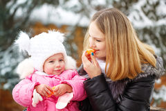 Μανταρίνι μητέρων και κορών οδηγώντας χειμώνας ελκήθρων διασκέδασης Στοκ φωτογραφία με δικαίωμα ελεύθερης χρήσης