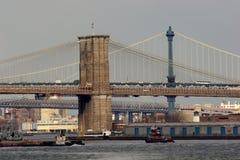 Μανχάταν και γέφυρες του Μπρούκλιν που εκτείνονται τον ανατολικό ποταμό Στοκ Φωτογραφία