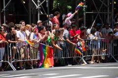 Μανχάταν, Νέα Υόρκη, τον Ιούνιο του 2017: ακροατήρια για την ομοφυλοφιλική παρέλαση υπερηφάνειας Στοκ Εικόνες