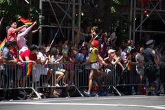 Μανχάταν, Νέα Υόρκη, τον Ιούνιο του 2017: ακροατήριο κάτω από τη σκιά στην ομοφυλοφιλική παρέλαση υπερηφάνειας Στοκ Φωτογραφία