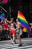 Μανχάταν, Νέα Υόρκη, τον Ιούνιο του 2017: Η ομοφυλοφιλική παρέλαση υπερηφάνειας με τη μεγάλη σημαία ουράνιων τόξων Στοκ Εικόνα