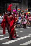 Μανχάταν, Νέα Υόρκη, τον Ιούνιο του 2017: κόκκινο κοστούμι στην ομοφυλοφιλική παρέλαση υπερηφάνειας Στοκ φωτογραφίες με δικαίωμα ελεύθερης χρήσης