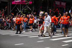 Μανχάταν, Νέα Υόρκη, τον Ιούνιο του 2017: ομάδα πορτοκαλιών πουκάμισων στην ομοφυλοφιλική παρέλαση υπερηφάνειας Στοκ φωτογραφία με δικαίωμα ελεύθερης χρήσης