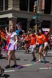 Μανχάταν, Νέα Υόρκη, τον Ιούνιο του 2017: πορτοκαλιά ομάδα πουκάμισων και φανταχτερό κοστούμι στην ομοφυλοφιλική παρέλαση υπερηφά Στοκ φωτογραφίες με δικαίωμα ελεύθερης χρήσης