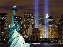 Μανχάταν το άγαλμα της πόλης της Νέας Υόρκης νύχτας ελευθερίας στοκ εικόνες