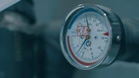 Μανόμετρο και termometer σε μια συσκευή σε έναν σκουριασμένο σωλήνα απόθεμα βίντεο
