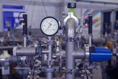 Μανόμετρο στο πυρηνικό εργαστήριο, βιομηχανικό μπλε που τονίζεται Στοκ Εικόνα