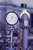 Μανόμετρο στο πυρηνικό εργαστήριο, βιομηχανικό μπλε που τονίζεται Στοκ φωτογραφία με δικαίωμα ελεύθερης χρήσης