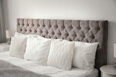 Μαξιλάρια στο κρεβάτι στο δωμάτιο Στοκ Φωτογραφία
