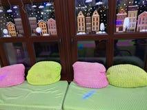 Μαξιλάρια στο windowsill Τοποθετημένος στο windowsill στοκ εικόνα