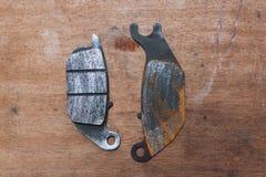 Μαξιλάρια φρένων με τη σκουριά στο ξύλινο υπόβαθρο Στοκ φωτογραφίες με δικαίωμα ελεύθερης χρήσης