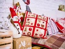 Μαξιλάρια Χριστουγέννων με την κάλυψη, το χιονάνθρωπο και το ντεκόρ αστεριών Νέο τοπίο καρτών έτους ` s Έννοια Χριστουγέννων στοκ φωτογραφίες