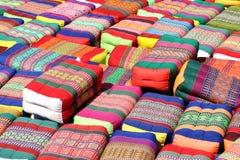 Μαξιλάρι, ζωηρόχρωμο ταϊλανδικό μαξιλάρι ύφους, παραδοσιακό εγγενές ταϊλανδικό μαξιλάρι ύφους, πολύς διάφορος σωρός σωρών μαξιλαρ Στοκ Εικόνες