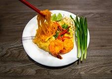 Μαξιλάρι Ταϊλανδός με τις φρέσκες γαρίδες στοκ εικόνες