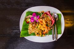 """Μαξιλάρι Ταϊλανδός των ταϊλανδικών τηγανισμένο νουντλς """"με τις γαρίδες και τα λαχανικά στο άσπρο κεραμικό πιάτο που διακοσμείται  στοκ φωτογραφίες με δικαίωμα ελεύθερης χρήσης"""