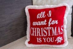 Μαξιλάρι Χριστουγέννων που διακοσμεί έναν καναπέ κατά τη διάρκεια των διακοπών στοκ εικόνες με δικαίωμα ελεύθερης χρήσης