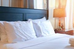 Μαξιλάρια, πορτοκαλής ελαφρύς ύπνος στρωμάτων στοκ εικόνες με δικαίωμα ελεύθερης χρήσης