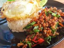 Μαξιλάρι Kra Prao Kao ή ταϊλανδικό ρύζι με το χοιρινό κρέας και το βασιλικό Στοκ Εικόνες