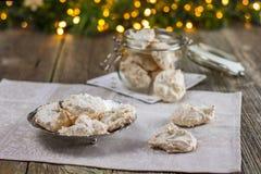 Μαρέγκα καρύδων γλυκών Χριστουγέννων σε ένα μεταλλικό πιάτο Στοκ Φωτογραφίες